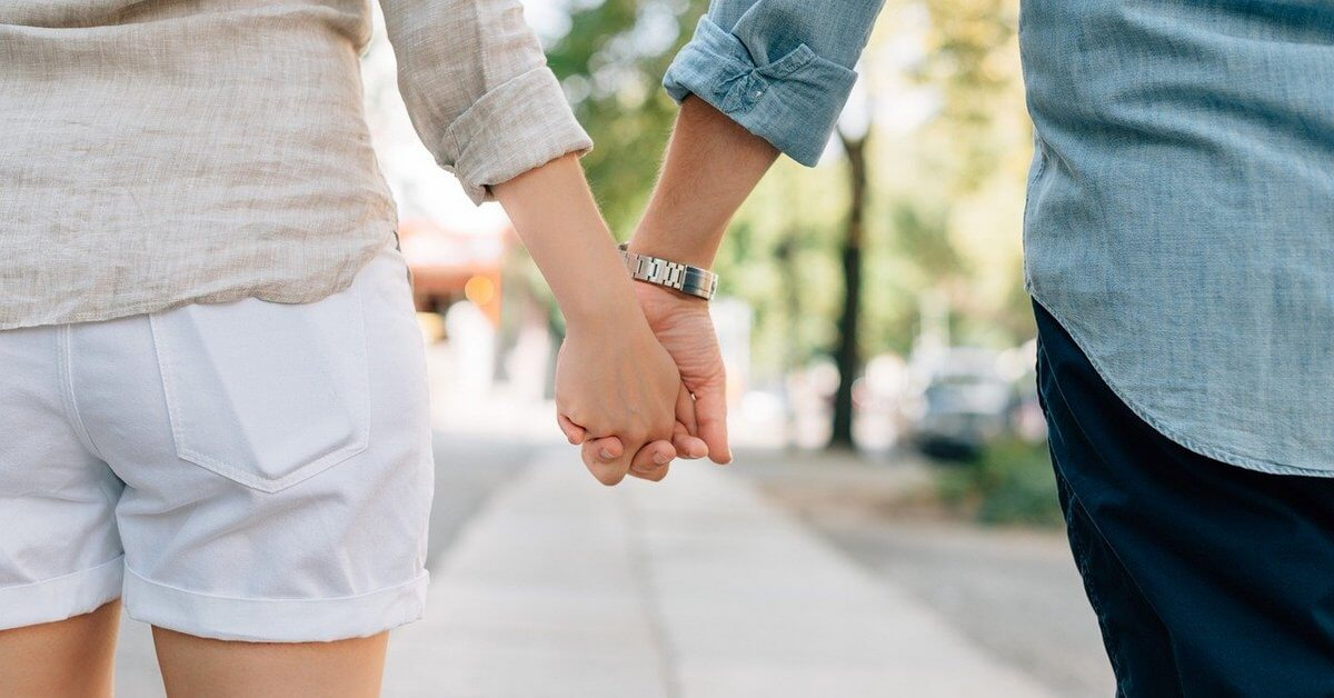 holding-hands-1149411_1280 1